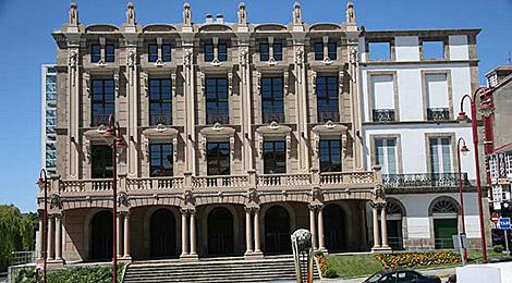 Fachada exterior del teatro, que mira a la plaza de Galicia. | Turgalicia