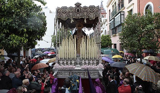 La Virgen de la O, entre paraguas, por la calle Castilla. | Diego Luis