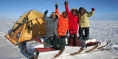 Los cuatro miembros del equipo celebrando su llegada al Polo Sur, |Javier Selva