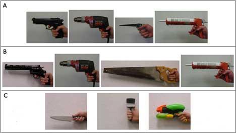 Tres hombres fueron fotografiados sujetando diferentes armas y herramientas | PLoS ONE