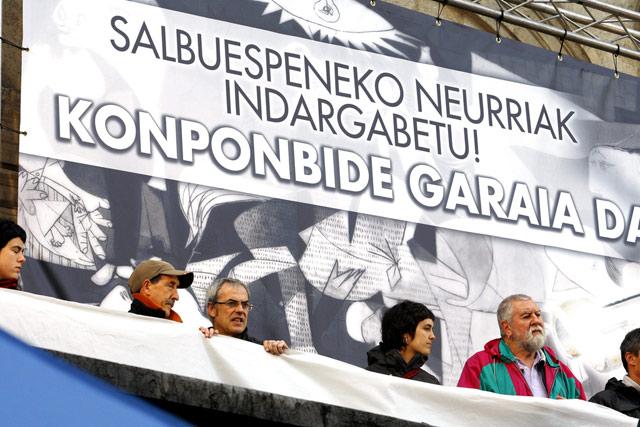 Los manifestantes se preparan para leer un comunicado en el Ayuntamiento bilbaino. | Efe