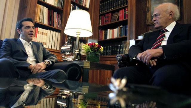 Alexis Tsipras habla con el presidente Carolos Papulias en Atenas. | Afp
