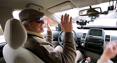 Steve Mahan durante la prueba del vehículo de Google en marzo de este año. | YouTube