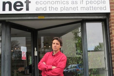 Aniol Esteban, frente a la sede de la NEF. | Foto: C.F.