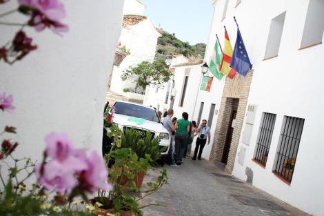 Ciudadanos y periodistas a las puertas del Ayuntamiento de Casares. | C. Díaz