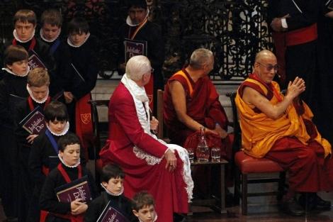 El Dalai Lama recibe el Premio Templeton en la catedral de san Pablo. | Afp