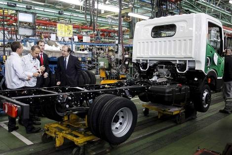 El director general de Nissan España y el presidente de la Junta visitan la factoría. | Efe