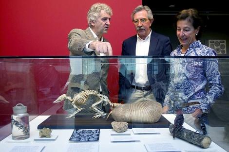 Juan Luis Arsuaga, Javier Vicente y Aurora Martín, tras presentar la exposición. | Efe
