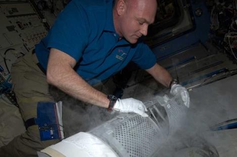 El astronauta André Kuipers congela las muestras de sangre. | ESA