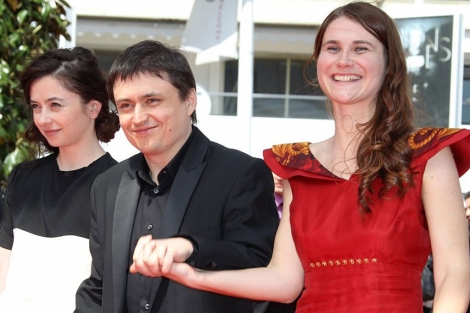 El director Cristian Mungiu, con las actrices de 'Beyond the Hills' en Cannes. | Afp