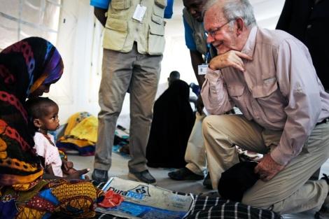 El director ejecutivo de Unicef, Anthony Lake, visita a un niño en Chad. | EL MUNDO