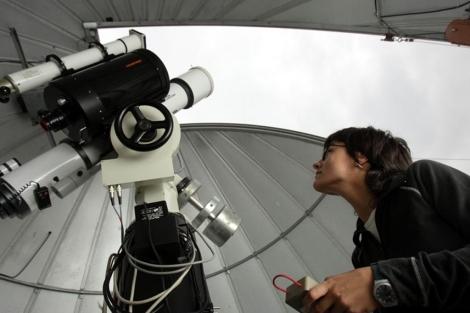 Una experta sigue el tránsito de Venus en 2004 desde un observatorio.| Justy G. K.