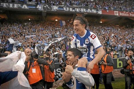 Guardado celebra el ascenso a Primera con el Deportivo de La Coruña. | Efe