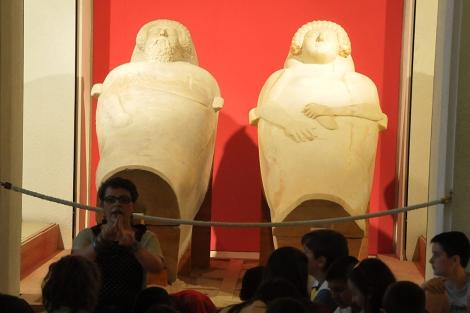Una guía explica la historia de los sarcófagos fenicios de Cádiz. | C. Zambrano