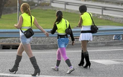 Prostitutas en Lleida con chalecos reflectantes para no ser multadas. | Efe