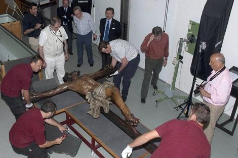 Los técnicos del IAPH con la imagen del Cristo de la Expiración.