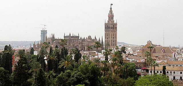 Vista de la Torre Pelli, aún en construcción, con la Giralda a un lado. | Carlos Márquez