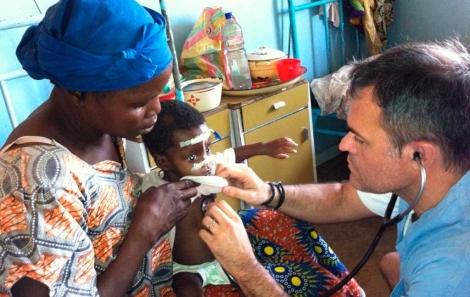 El pediatra Jorge Muñoz atiende a un niño durante el viaje del año pasado.