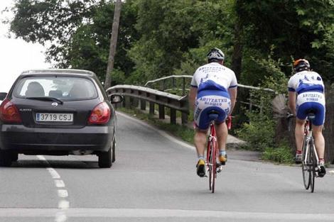 Dos ciclistas circulan por una carretera de Vizcaya. | David de Haro