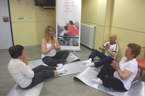 El taller de relajación forma parte de la terapia para los propios cuidadores.   ELMUNDO.es