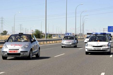El vehículo Platero recorre el trayecto sin conductor detrás del vehículo guía. | Efe
