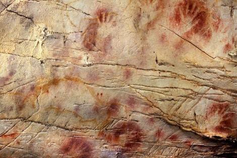Manos pintadas en la cueva de El Castillo, de hace 37.300 años.|'Science'