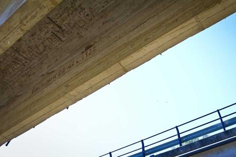 La pintada, en rojo, bajo el puente de la rivera Pelada. | J. Yáñez