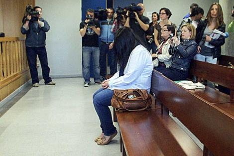 La acusada sentada en el banquillo, en el primer día del juicio. | Efe