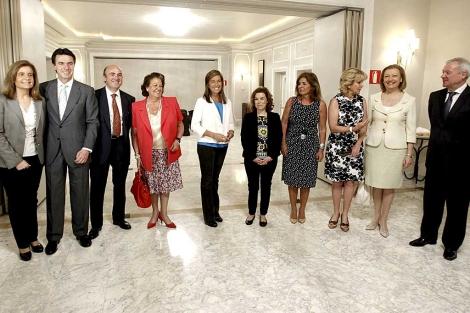 Ana Mato junto a Esperanza Aguirre, Fátima Báñez y José Manuel Soria, entre otros asistentes al acto. | Chema Moya / Efe