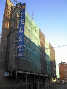 Bloque de viviendas en plenas obras de rehabilitación en Madrid. | EM