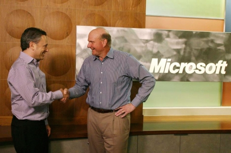 David Sacks (izquierda) saluda al CEO de Microsoft. | Reuters