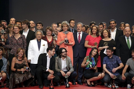 Posado de los premiados y nominados tras la gala. | Efe