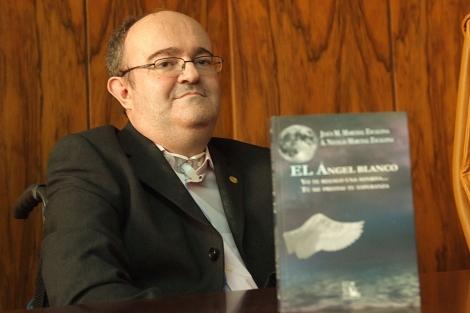 Jesús Marchal, junto a un ejemplar del libro que acaba de publicar. | Manuel Cuevas