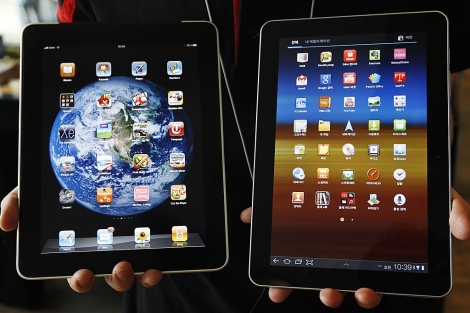 El iPad (izqda.) y la Samsung Galaxy 10.1 (dcha.). | Reuters