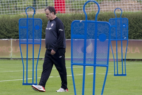 Bielsa pasea por las instalaciones de Lezama durante el entrenamiento de hoy. | I. Andrs