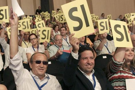 El ex presidente del PP de Castellón, Carlos Fabra, junto a su sucesor en el Congreso. | Efe