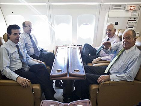 El Rey, junto al ministro de Exteriores, el titular de Industria y el jefe de la Casa Real. | Efe