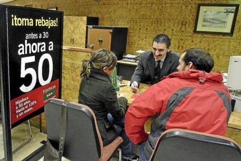 Una pareja pide información sobre un préstamo hipotecario. | Iñaki Andrés
