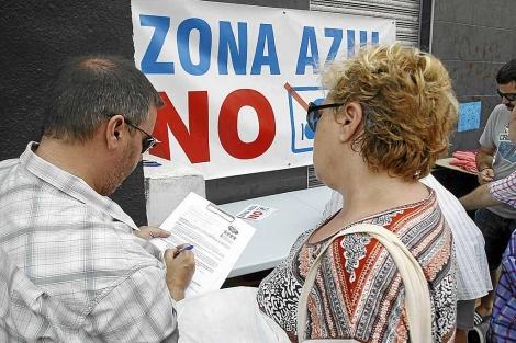 Concentración de vecinos contra la ORA en Alicante. | Roberto Pérez