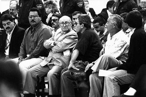 Acusados de la 'Operación Nécora', con Manuel Charlín de brazos cruzados. | L. Mangino