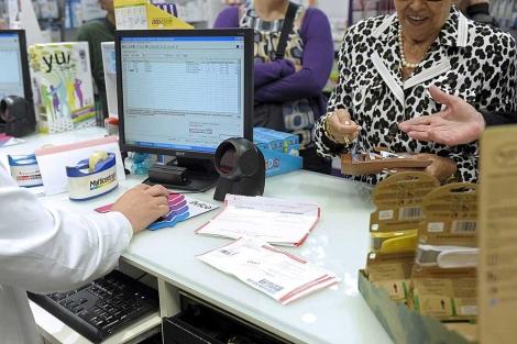 Dos pensionistas retiran sus medicamentos tras entrar en vigor el copago. | Efe
