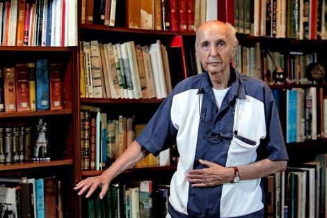 Santiago Grisolía en la biblioteca de la Fundación de Estudios Avanzados. | Efe