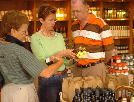 Turistas en una tienda de souvenirs en Baleares. | Pep Vicens