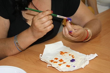 Una mujer trabaja con la pulpa de la naranja en el taller solidario | E.M.