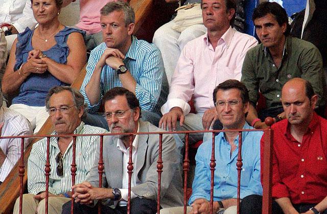 Rajoy, en los toros en 2011 con el presidente de la Xunta y el de la Diputación de Pontevedra. | R. González