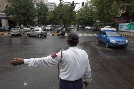 Un agente dirige el tráfico durante el apagón en la India este martes. | Afp