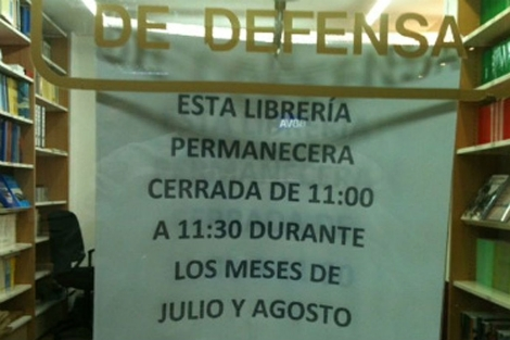 Imagen del cartel colocado en la librera de Defensa. | E.M.