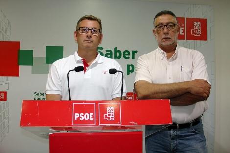 Antonio López Olmo, portavoz del PSOE, junto al anterior alcalde, Luis García Collado.   M.C.