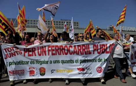 Marcha de protesta frente a la estaci� de Sants. | Afp