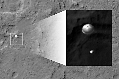 Curiosity, con paracaídas, aterrizando en Marte. | AFP/NASA